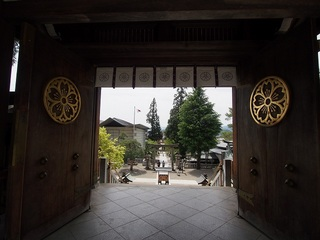 P5180372桜山八幡宮神門の神紋.jpg